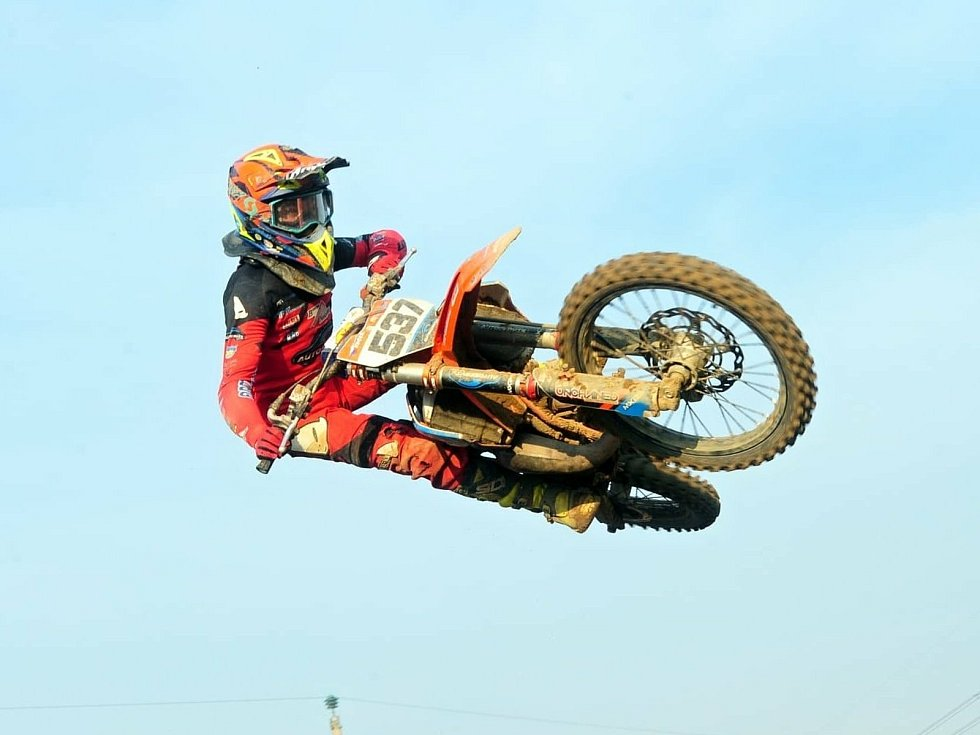 Stříbrský talent Dominik Kučeřík při tréninku i při závodech se svým speciálem KTM 85 často létá vzduchem.