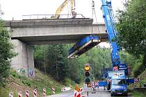 Třicet let starý železniční most vedoucí přes silnici 605 u obce Milíkov  musí ustoupit novému.