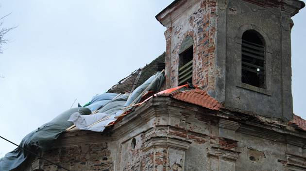 KOSTEL SV. MARTINA V DAMNOVĚ prochází obnovou. Po výměně a opláštění kopule získá novou střechu.