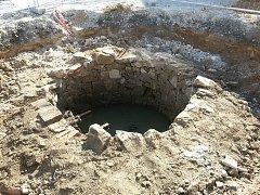 Starou studnu stavebníci odhalili v prostoru před kinem. Foto: MěÚ Planá