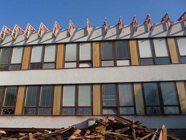 Před čtyřmi lety zrekonstuovali  střechu nad tělocvičnou a mateřskou školou, učební pavilon je poslední fází rekonstrukce.