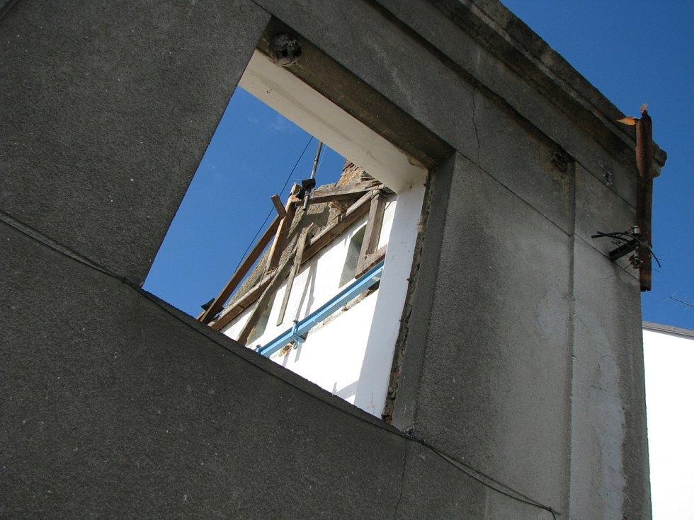 Sokolovna v Tachově v roce 2008, kdy došlo na demolici budovy.