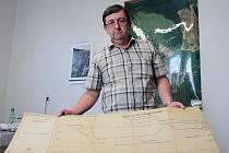 ÜBERSICHTS LÄNGENPROFIL. Jeden z dokumentů archivu v Chodové Plané ukazuje tajemník Jan Kovář. Jde o nákres profilu inženýrské sítě z roku 1932.