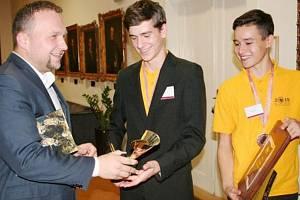 Na snímku je ministr zemědělství České republiky Marian Jurečka s úspěšnými mladými včelaři. Matěj Brzica ze Stříbra uprostřed.