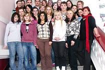 Svou třídní učitelku Drahomíru Václavovou (vpravo dole) nominovali studenti 3.B ze Střední odborné školy ve Stříbře (na snímku) do ankety Zlatý Ámos. Václavová je jedinou nominovanou Plzeňského kraje.