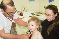 Na dětskou pohotovost přivezla maminka malého Davida s rozbitou hlavou. Ošetřil ho doktor Muhsin Al-Kannany