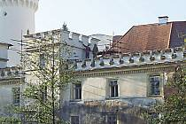 Lidé se stále neshodli v názoru, jestli a kolik peněz investovat do oprav zámku.