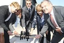 ZÁSTUPCI MĚSTA, kraje i dalších institucí ve čtvrtek odpoledne symbolicky zednickými kladívky poklepali na základní kámen výjezdního stanoviště záchranky v Boru.