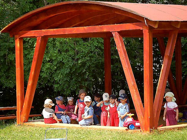 NA PÍSKOVIŠTI. Děti z tachovské mateřské školy v Sadové ulici se brzy mohou těšit na nové prolézačky. Školka se také v tomto roce postarala o zastřešení stávajícího pískoviště.