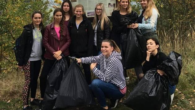 Studentky s nasbíranými odpadky.