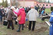 Tachovští turisté zasadili v Hornické ulici strom k výročí KČT Tachov.