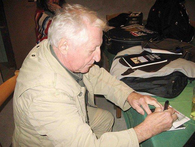 Pavel Bobek zpíval v sobotu v Kladrubech, kde se uskutečnil 16. folkový večer.