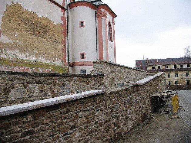 KOSTEL BUDE MÍT RAMPU. U chrámu sv. Mikuláše v Boru se již nyní rýsuje rampa, která umožňuí bazbariérový přístup.