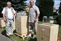 Včelařské produkty a každodenní potřeby představili veřejnosti Josef Dvořák a Jindřich Janoch (zprava).