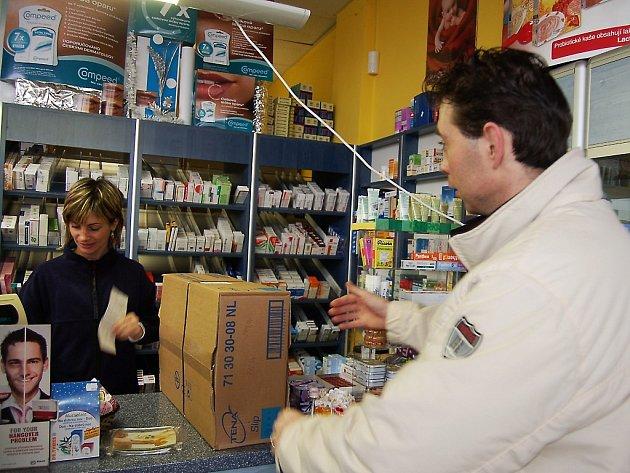 ROBERT ZEMAN (na snímku) přišel do lékárny  s receptem. Nezaplatil ale ani korunu, neboť kupoval pomůcky pro postiženou osobu, které kompletně hradí zdravotní pojišťovna.