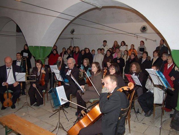 MŠE ZNĚLA NA HUMNECH.  Více než padesát muzikantů zahrálo a zazpívalo publiku, které jim poděkovalo obrovským aplausem.