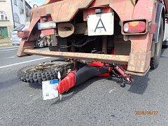 Řidič motocyklu utrpěl vážné zranění horní končetiny.
