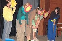 TÉMA FILMOVÍ TVŮRCI. Na plátně byla přehrána část večerníčku  O krtečkovi a studentky děj doplnily scénkou.