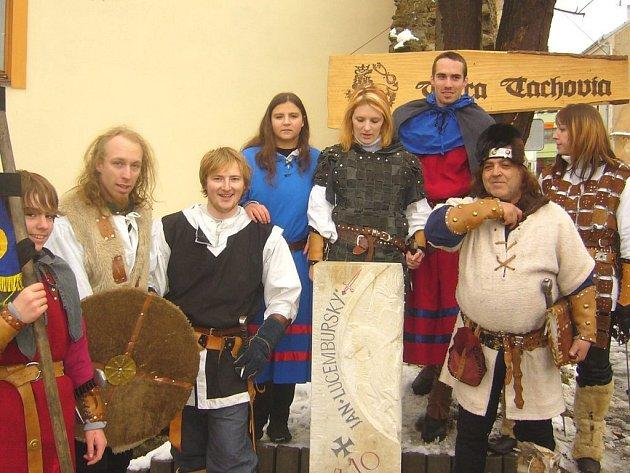 SKUPINA HISTORICKÉHO ŠERMU Zlatý grál při odhalení milníku Jana Lucemburského v Tachově.
