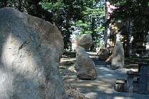 Sochaři mění pískovec na umělecká díla