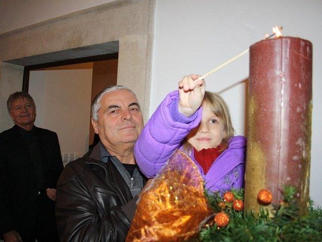 Ve vestibulu stříbrské radnice hoří od pátku svíce.