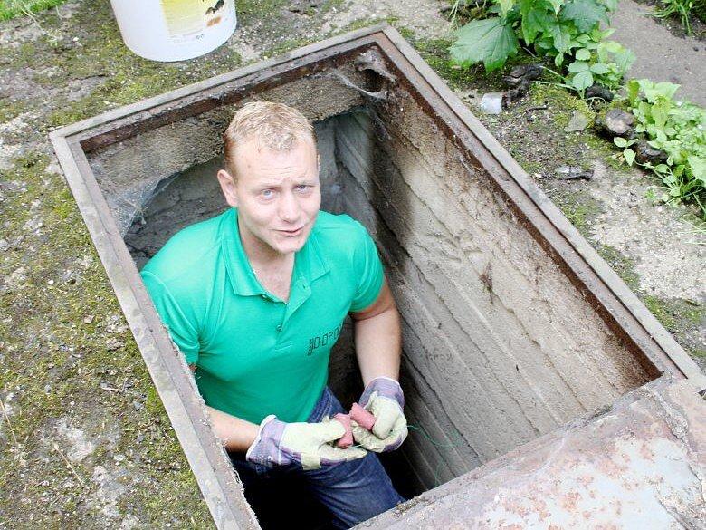 Návnadu na hlodavce klade v těchto dnech do kanalizační sítě Tachova Martin Ledvina
