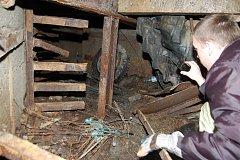 ENERGETICKÝ KANÁL. Vedly v něm kabely, které jsou už dnes dávno ukradené a těm co se tam momentálně dřou zbylo pouze železo. Podzemní prostor v zaniklém uranovém dole Vítkov si v úterý dopoledne prohlédl Tomáš Teplík (na snímku) ze státního podniku Diamo.