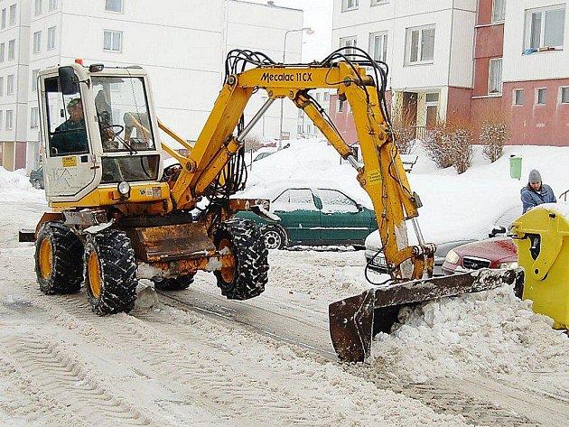 TĚŽKÁ TECHNIKA odklízela ve středu sníh v některých tachovských ulicích. Snímek je z ulice Jana Ziky.