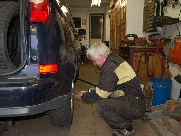 IVAN BOŠKO z tachovského pneuservisu při výměně pneumatik. Také on před zimou nehledí na pracovní dobu.
