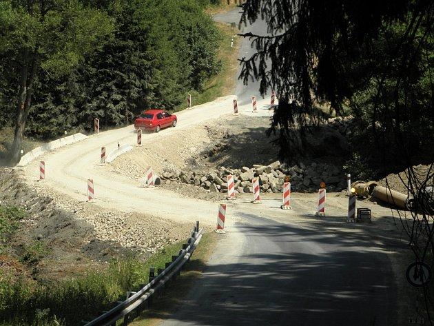 PROVIZORNÍ PŘEMOSTĚNÍ HADOVKY už několik dní plně funguje, postupně se začne stavět nový most. Ten bude sloužit od listopadu.