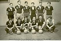 Basketbalový tým z roku 1969.