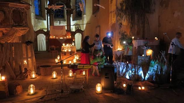 Divadlo při svíčkách získalo peníze na záchranu kostela