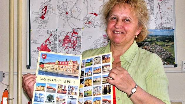 PEXESO. Členka letopisecké komise Stanislava Janochová představuje nové pexeso s fotografiemi Chodové Plané.