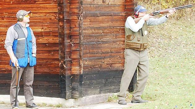 SOUTĚŽÍ POHÁR 28. ŘÍJNA ukončili ve středu myslivci sezonu na střelnici u Lomu u Tachova.