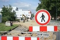 Opravovaná ulice Hornická již začíná dostávat nové rysy. Krom lepšího povrchu vozovky se komfortu dočkají také chodci. Ty již nebudou muset chodit poměrně nebezpečnou cestou za parkujícími auty.