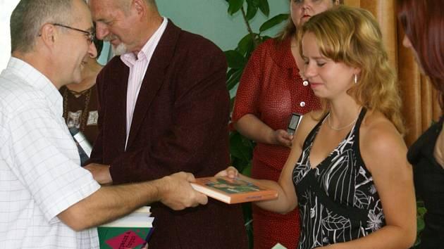 Ředitel Základní školy Miloš Jileček popřál studentům vše dobré v dalším  životě.
