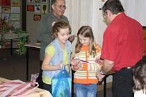JIŘÍ HAVRÁNEK a Václav Smihrodský z tachovské zahrádkářské organizace ocenili nejlepší účastníky dětské výtvarné soutěže.