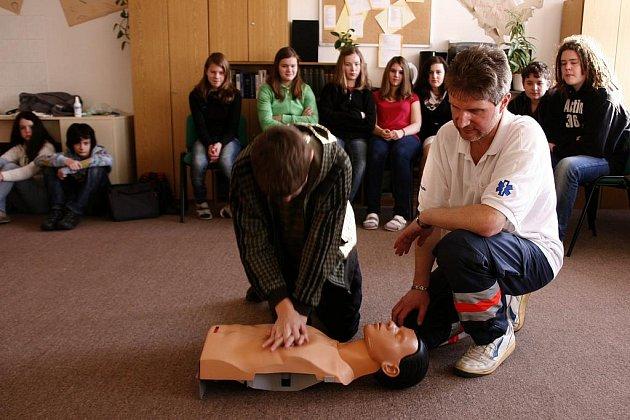 GYMNAZISTÉ VE STŘÍBŘE se učili zvládat mimořádné situace. K tomu patřil i nácvik případné resuscitace zraněného člověka.