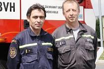Ocenění profesionálná hasiči Pavel Horák a Luděk Pokorný (zleva).