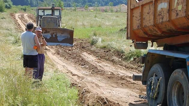 Budování cesty je v plném proudu. Zřejmě i bez dostatečných povolení. To se nelíbí majiteli pozemku, na kterém je skládka.