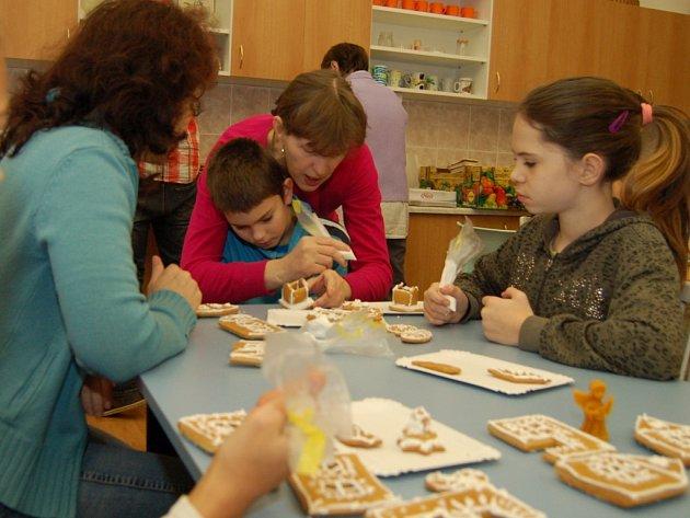 Na kurz výroby medového pečiva dorazily ve Stříbře přes čtyři desítky zájemců.