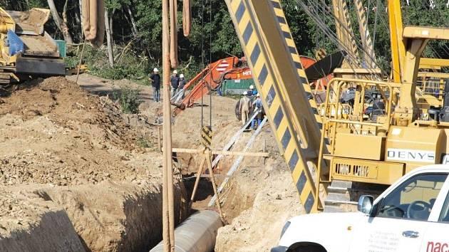 Dva dělníky zavalalila při práci na plynovodu Gazela zemina. Z místa je transportoval vrtulník.