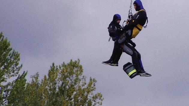Procvičit záchranu osob z vodní hladiny bylo jedním z cílů cvičení záchranářů na Hracholuskách. Zúčastnili se jej také profesionální hasiči z Tachova a Stříbra. Na snímku letečtí záchranáři z Přeštic.
