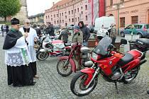 Žehnání motorkám pomohlo vozíčkářům
