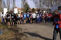 Závodníci Běhu přes Pepíkovo lávku těsně před startem sobotního závodu. Na trať se vydalo přes padesát běžců.