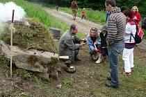 Návštěvníci Dne Českého lesa se seznámili také s tradiční výrobou dehtu pomocí kolomazných kamenů.
