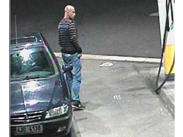 Policie hledá tohoto muže, který odjel od benziny bez zaplacení.