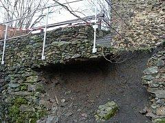 ČÁST zřícené hradby v historickém centru Stříbra. Statik zakázal vstup na toto místo.