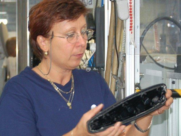 Čím déle zaměstnanci v Grammeru pracují, tím více mají zkušeností a snadněji zvládají přechod na výrobu stále nových typů loketních a hlavových opěrek.