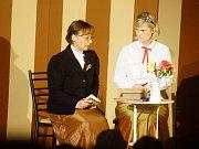 Tachov - Komedyjanti z Tachova během úterního večera představili veřejnosti novou hru Není Filip jako Filip.